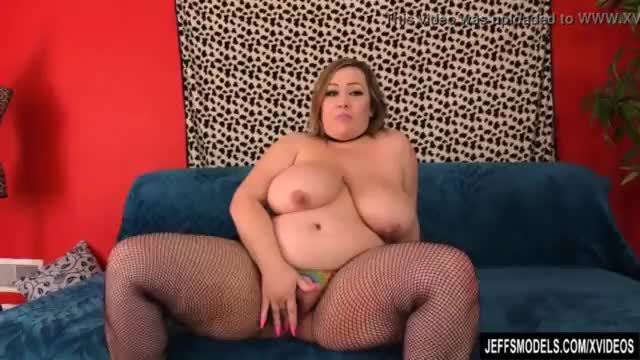 Plumper bunny de la cruz shows off her big tits and ass before getting fucked